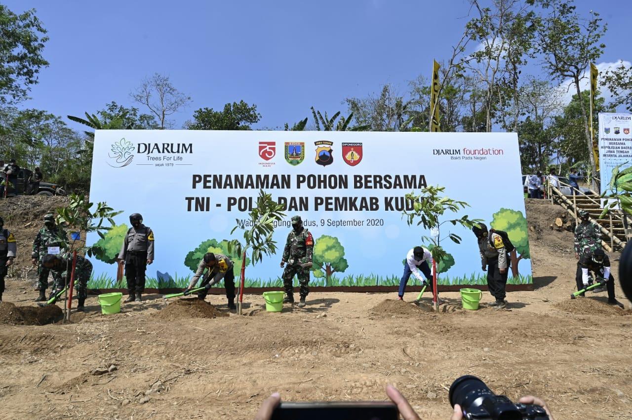 Djarum Foundation Bersama Kapolda Jawa Tengah  Hijaukan Kawasan Wisata Dawe